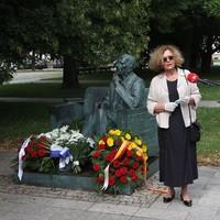 Ewa Junczyk-Ziomecka, President of Fundacja Edukacyjna Jana Karskiego speaking at the Karski Bench in front of the POLIN Museum (Photo: Tomasz Komornicki )