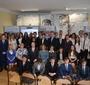Goście uroczystości wspólnie z nauczycielami i uczniami (fot. R. Trzaska / Urząd Dzielnicy Ursus m.st. Warszawy)