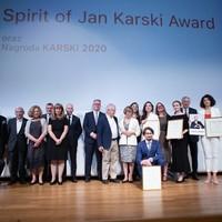Laureaci nagród Spirit of Jan Karski Award i Karski2020 z członkami Rady Dyrektorów JKEF i Kapituły, sponsor Paweł Rymarz i prowadzący uroczystość, Jakub Gierszał (Fot. Ewa Radziewicz)
