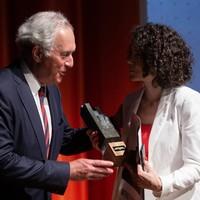 Siostra Marii Kalesnikavej, Tatiana Chomicz przyjmuje nagrodę Spirit of Jan Karski Award w imieniu swojej siostry, z rąk Przewodniczącego Rady JKEF Andrzeja Rojka. (Fot. Ewa Radziewicz)