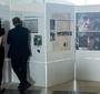 Goście uroczystości zwiedzają wystawę Jan Karski: Człowiek Wolności wystawioną w hallu Muzeum POLIN. (Fot. Ewa Radziewicz)