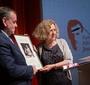 Główny sponsor nagród i uroczystości mecenas Paweł Rymarz przyjmuje dyplom uznania z rąk Prezes FEJK Ewy Junczyk-Ziomeckiej. (Fot. Ewa Radziewicz)