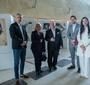 Laureatka nagrody Karski2020, Aleksandra K. Wiśniewska wraz z członkiem Rady JKEF Wojciechem Pawłowskim, jego żoną oraz innymi gośćmi ceremonii (Fot. Ewa Radziewicz)