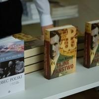 Książki autorstwa Jana Karskiego wystawione w hallu Muzeum POLIN (Fot. Ewa Radziewicz)