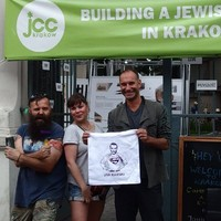 Od prawej: dyrektor JCC Kraków, Jonathan Ornstein, przedstawicielka Fundacji, Monika Nowak, prowadzący warsztaty, Dariusz Paczkowski