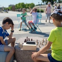 Kids playing chess at the Karski Boulevard (Photo: City of Warsaw)