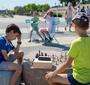 Kids playing chess at the Karski Boulevard (Photo: City of Warsaw)