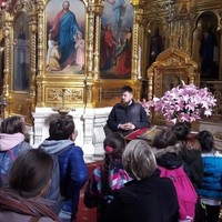 Students admire iconostasis at St. Mary Magdalene Orthodox Church in Warsaw, and learn about the history of the Orthodox faith in Poland and its doctrine.  (Photo: Courtesy of FEJK)