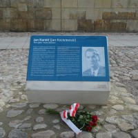 Commemorative plaque with information about Jan Karski in Polish and English (Photo: Antoni Szczepański)