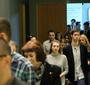 Goście wchodzą do auli w Centrum Dialogu im. Marka Edelmana w Łodzi (Natalia Żurowska)