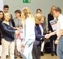 Od lewej: Dyrektor Joanna Podolska oraz Prezes Ewa Junczyk-Ziomecka wręczają certyfikaty oraz pakiety edukacyjne szkołom z Łodzi i okolic. (K. Musur)
