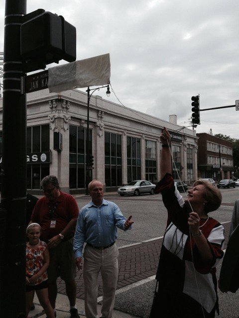 """Bozena Nowicka McLees, Board Member of JKEF unveils the """"Jan Karski Way"""" sign. (Photo:Ola McLees)"""