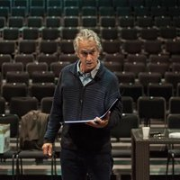 Strathairn as Karski Mesmerizes Theater-Goers in Poland