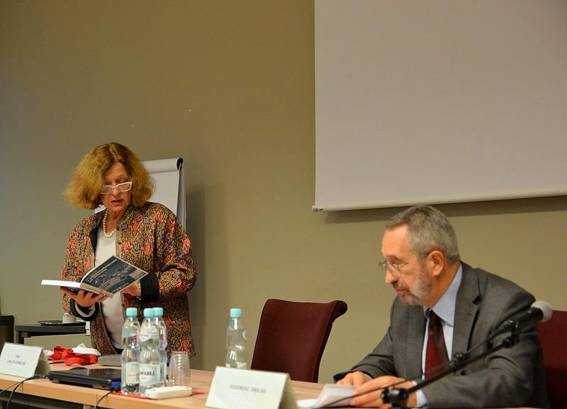 Prezes Ewa Junczyk-Ziomecka i Eugeniusz Smolar podczas wykładu w Krajowej Szkole Administracji Publicznej w Warszawie