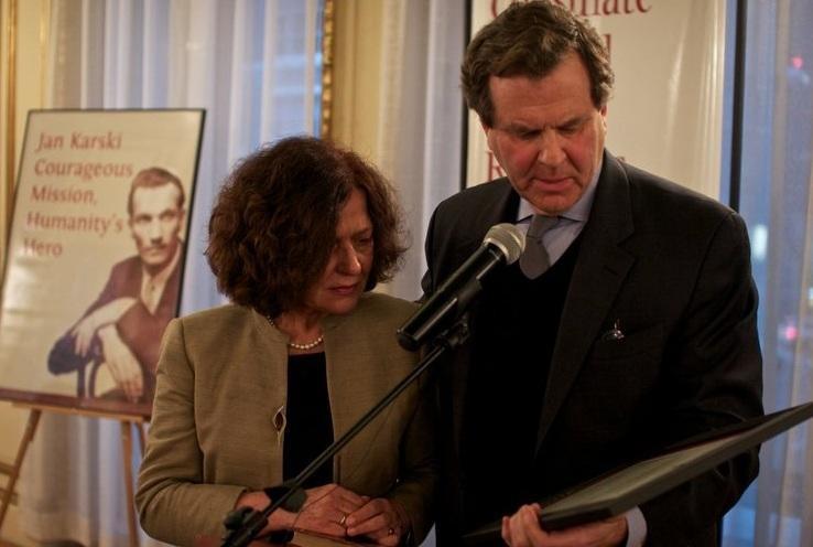 Dyrektor David Harris z AJC wręcza Ewie Junczyk-Ziomeckiej nagrodę Karskiego (zdj. Przemysław Balcerzak)