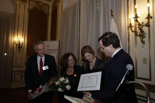 Ambasaor Power odbiera nagrodę Karskiego. Źródło: MSZ.