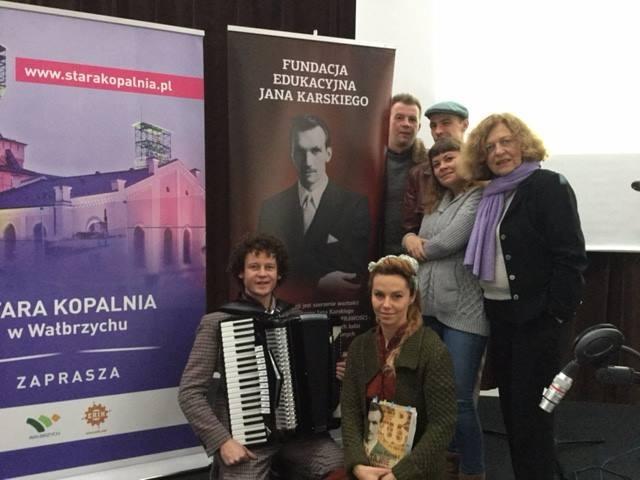 """Prezes Junczyk-Ziomecka wraz z managerką projektu Moniką Nowak i Grupą """"Warszawiaki"""""""