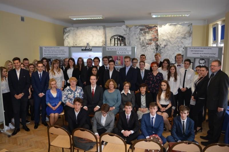 Uczniowie, nauczyciele i goście urodzin Karskiego