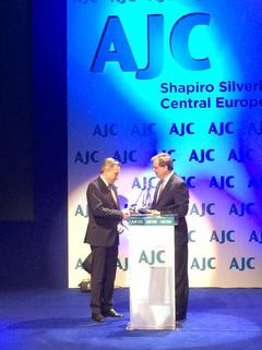 David Harris of AJC (right) presents the Jan Karski Award to Andrzej Folwarczny (Photo: Ewa Junczyk-Ziomecka)