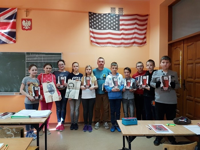 Students of the Elementary School No. 1 in Tuszyn with their teacher Robert Kobylarczyk (Photo: Courtesy or Robert Kobylarczyk)