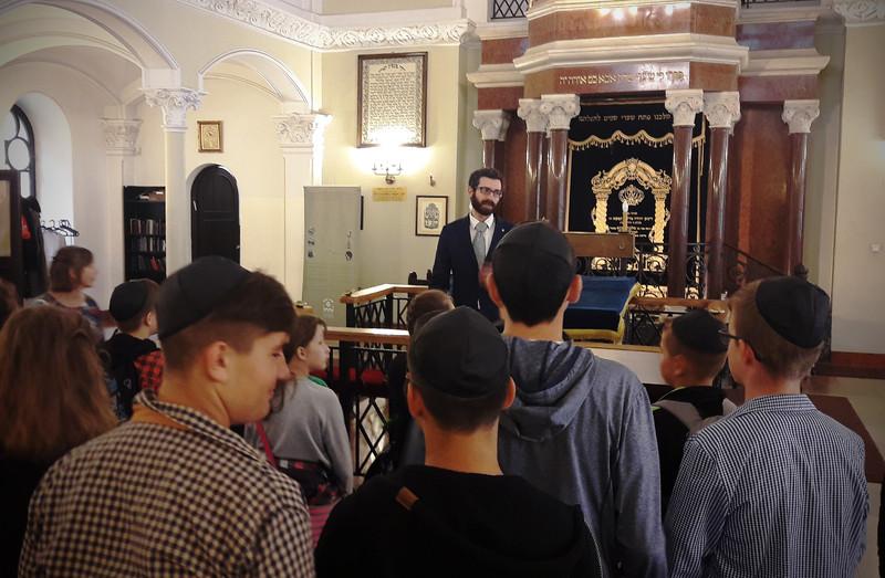 Młodzież uczestnicząca w akademii podczas spotkania w synagodze.