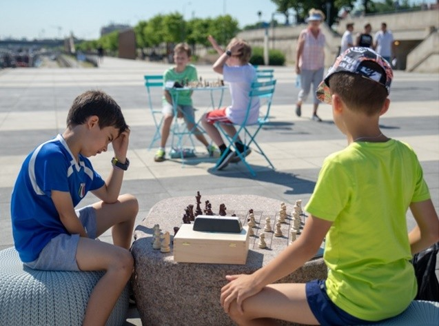 Kids Playing chess at the Karski Boulevard (Photo: Courtesy of the City of Warsaw)